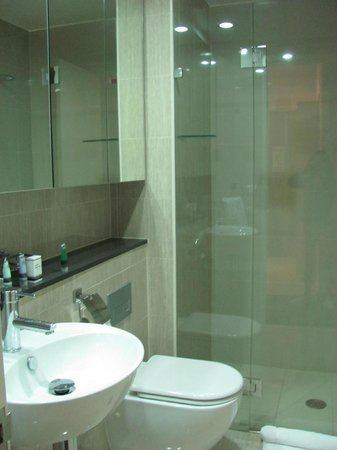 Meriton Serviced Apartments Campbell Street: The bathroom with glass-enclosed shower
