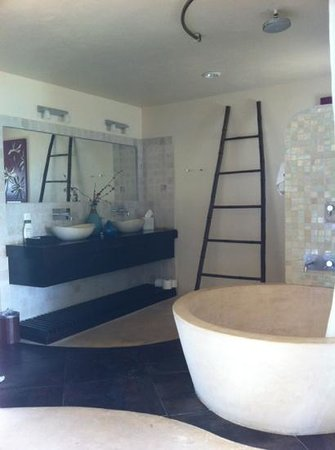 Colibri Boutique Hotel Mezzanine: Our bathroom!