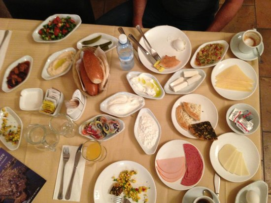 Akkotel: Breakfast was 17 plates! Such great service.