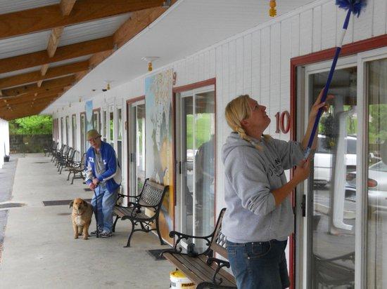 Little River Inn Motel & Guest House: Outside Dusting