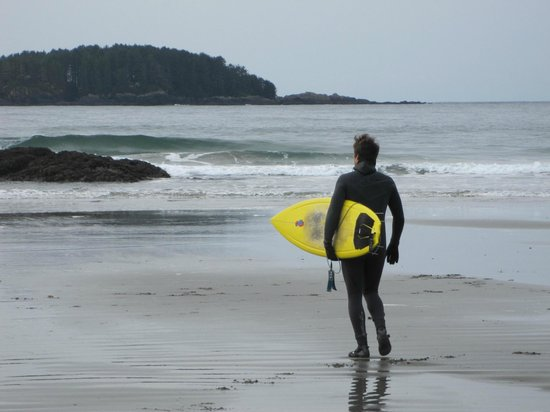 Wickaninnish Inn and The Pointe Restaurant: Surfer on Chesterman Beach by the hotel