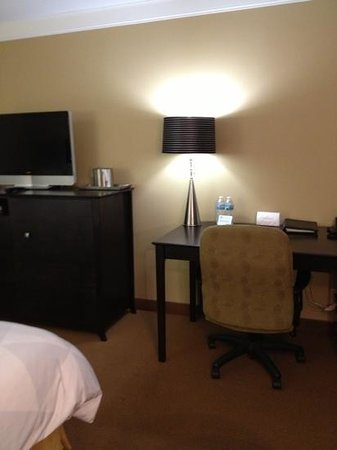 Radisson Hotel Fargo: uncomfortable chair but nice dresser