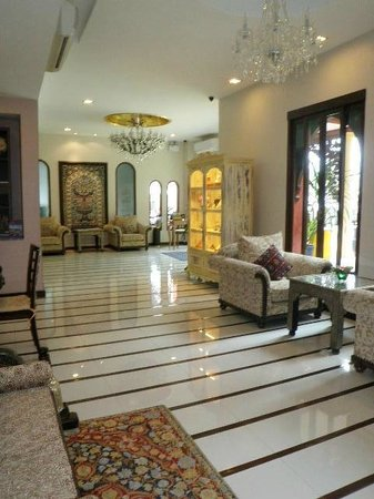 Sheik Istana Hotel: Walkway from elevator to lobby
