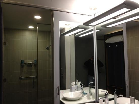 Aloft San Antonio Airport : washroom is a part of room