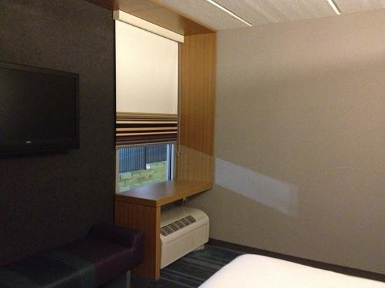 Aloft San Antonio Airport: small room