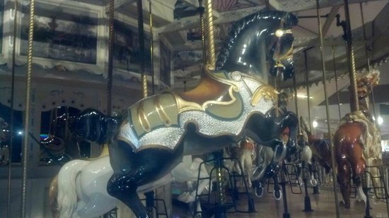 Siracusa, Estado de Nueva York: Antique Carousel in the food court
