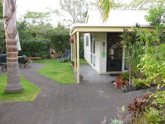Tatahi Lodge Motel: 2 bedroom cottage and grounds