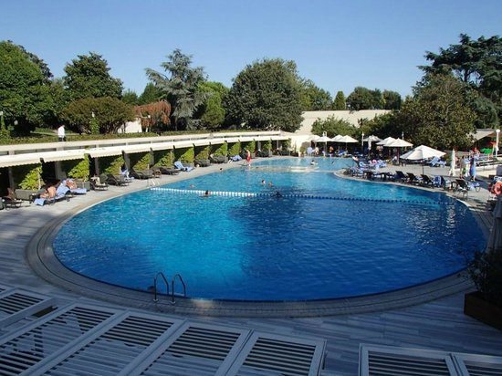 Hilton Istanbul Bosphorus: The Pool Area