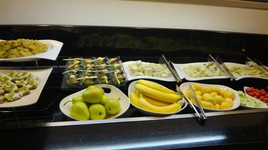 Hilton Istanbul Bosphorus: Club Lounge--some of the evening snacks