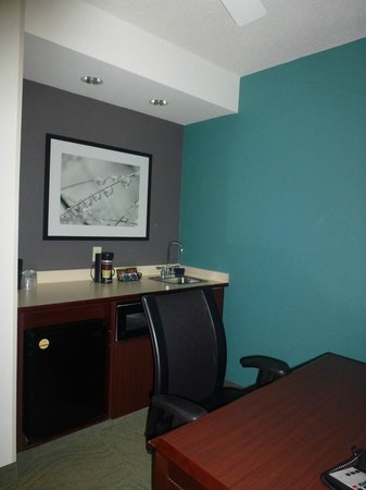 SpringHill Suites Boston Andover : Kitchenette (fridge, microwave and sink)