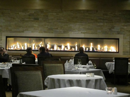 Sparkling Hill Resort: Fireplace in dining room