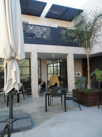 ซีซาร์ รีสอร์ท แอนด์ สปา: rooms looking over pool area and table & chairs outside for drinks etc