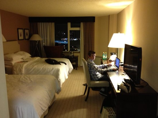 Sheraton Vancouver Guildford Hotel : Nice desk area too
