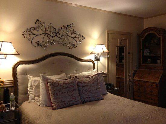 Hartstone Inn & Hideaway: Showing the width of the Provence room, which ends to the left of the nightstand