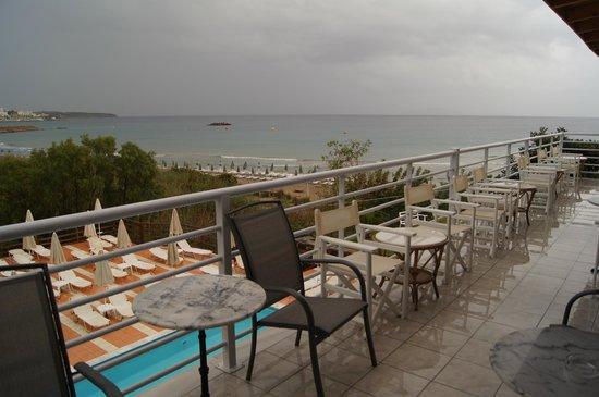 Hotel Almiros Beach: Терраса