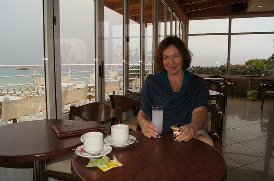 Hotel Almiros Beach: В баре)За ваше здоровье!)