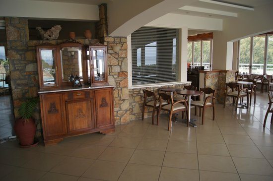 Hotel Almiros Beach: Вход в ресторан, бар, терраса