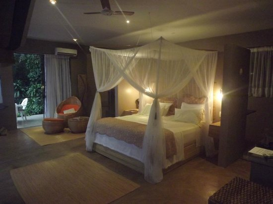 Vila Pedra Mar: Four-post bed in the honeymoon suite