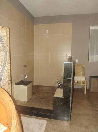 Vila Pedra Mar: Open-concept shower in the honeymoon suite