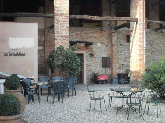 La Giribaldina: Ingresso cantina e zona relax in cortile