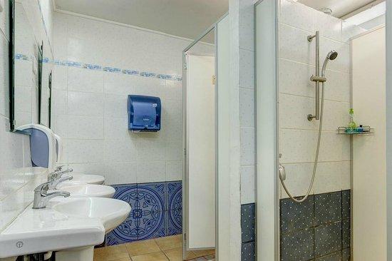 Liepaja Travellers Hostel: Bathroom