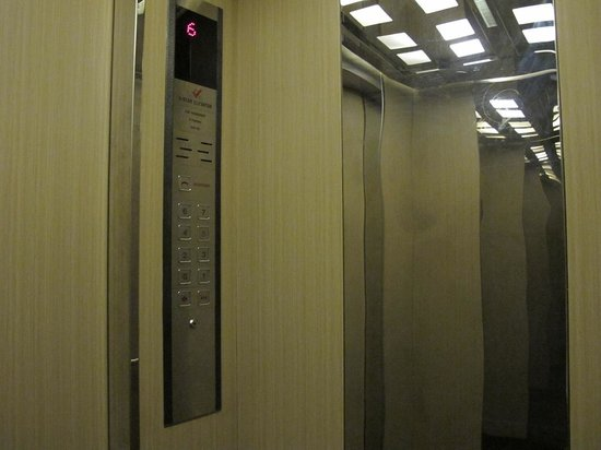 Bizu Hotel District 1: lift interior