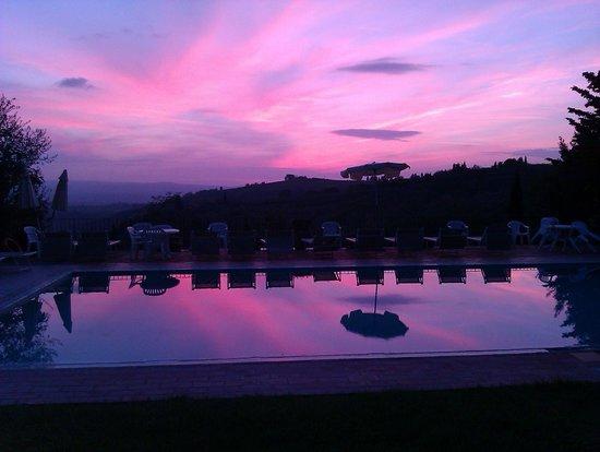 Casa Vacanze Podere Mezzastrada: Sonnenuntergang am Pool