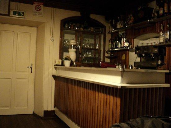 Osteria al sole: Saletta con angolo bar e stufa