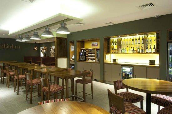 Premier Inn Leamington Spa Town Centre Hotel: The Kitchen restaurant & bar area