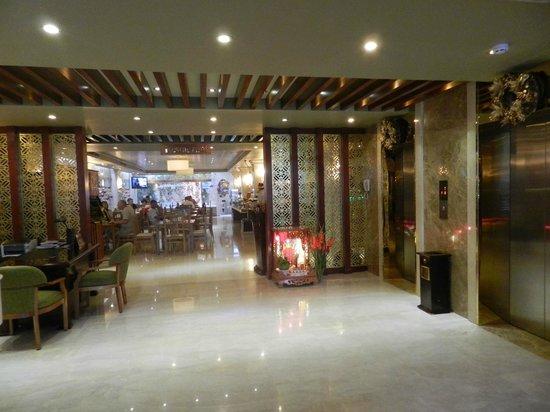 Au Lac II Hotel: Вид на ресторан из холла