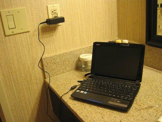 Crowne Plaza Newark Airport: Used plug in bath to charge computer