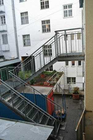 Drei Loewen Hotel: Ausblick naja; bei Ankunft am Sonntag wurde der Platz als Raucher- und Diskussionsecke benutzt