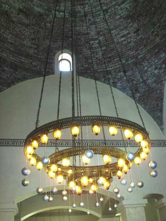 Jaz Solaya: cool chandelier & domed ceiling in dining area