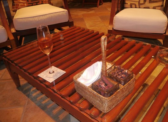Saxon Hotel, Villas and Spa: Bar snacks - biltong, dried sausage (delicious) and cashew nuts - with toothpicks.