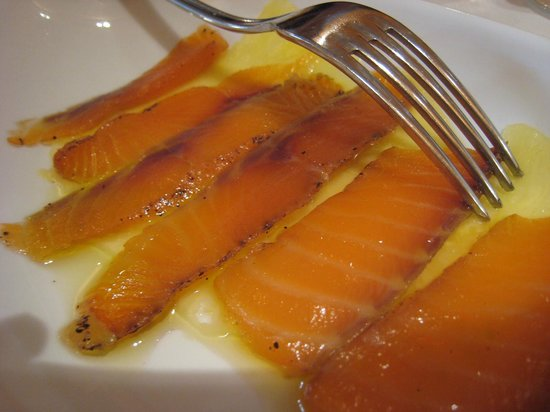 Baia Chia: salmon in the bed of pineapple slice