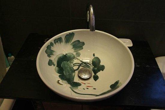 """Pingjiang Lodge: 洗面台にも素敵な絵が。""""文化の香り高い江南""""という感じ。お風呂は普通のバスタブでした。"""