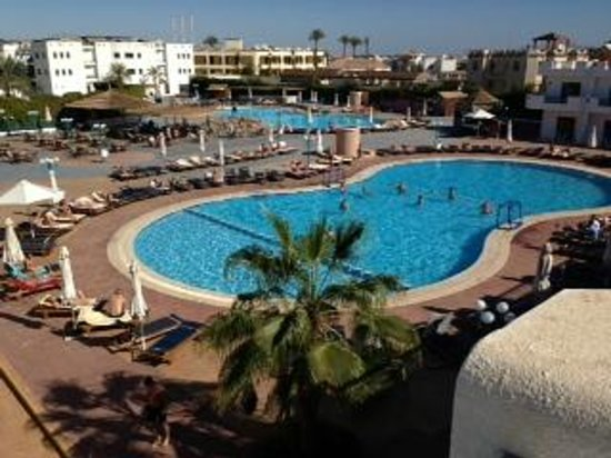 Sharm Cliff Resort : view of the pools from the top of the pool rooms