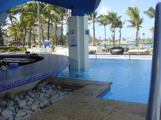 Caribe Hilton San Juan: Swim up bar!