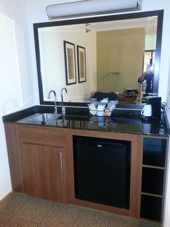 Hyatt Place Kansas City Airport: Wet bar area with mini fridge