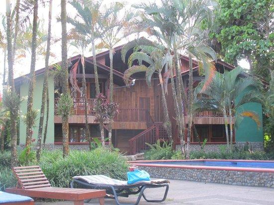 Hotel Rustico de Playa Perla Negra: chalel d'habitation et vue de la piscine