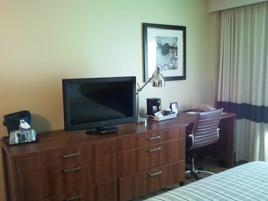 Four Points by Sheraton Los Angeles International Airport: Tv e scrivania della camera