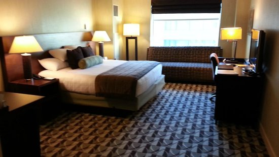 Hyatt Regency Schaumburg, Chicago: King bed, lots of floor space