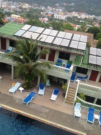 โรงแรมรอยัล คราวน์ แอนด์ ปาล์ม สปา รีสอร์ท: вид на бассейн с самой верхней террасы отеля