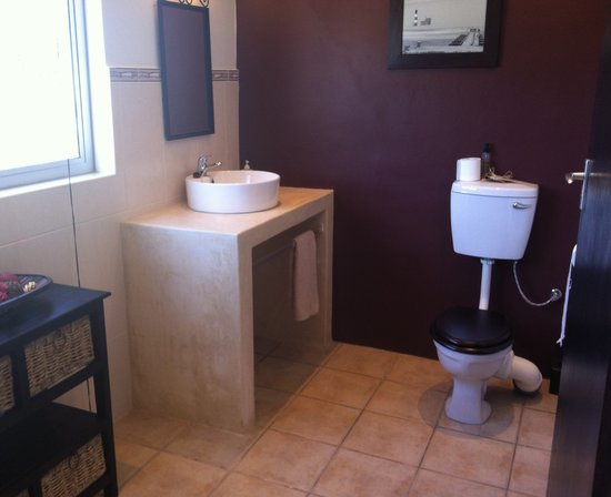 Rivendell Guest House: The newly renovated bathroom in room 4
