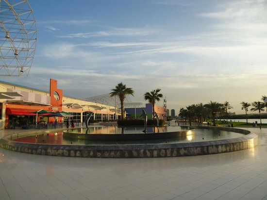 Manar Mall: The fountain area in the back of the mall