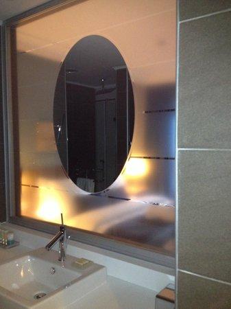 Radisson Blu Hotel, Kyiv Podil: translucent wall of a bathroom