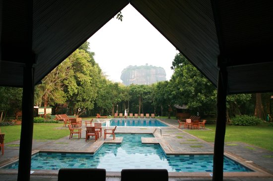Hotel Sigiriya: pool from reception
