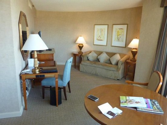 Omni Mandalay Hotel at Las Colinas: Living area, note upholstered chair at desk