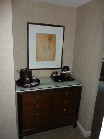 Omni Mandalay Hotel at Las Colinas: Coffee bar across from bathroom
