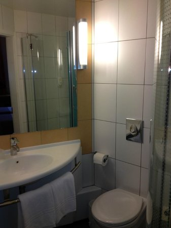 ibis Kiev City Center: Standard shower